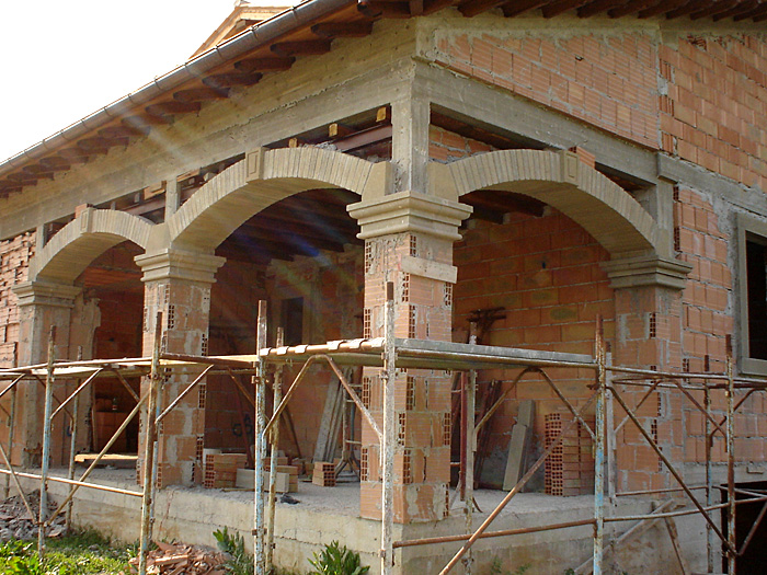 Serie di archi incastrati tra pilastri for Costo per costruire pilastri di pietra